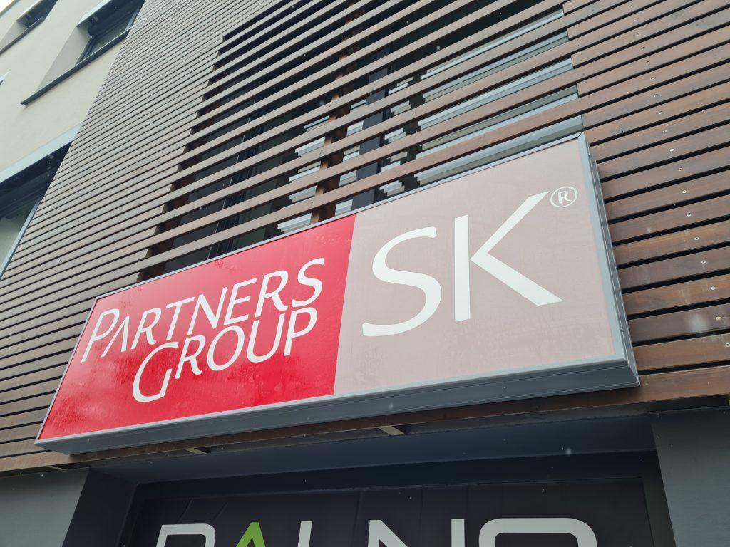 svetelný panel – Partners Group